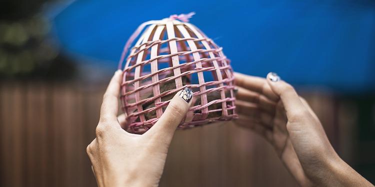 Liebe loslassen: Vogel im Käfig eingesperrt