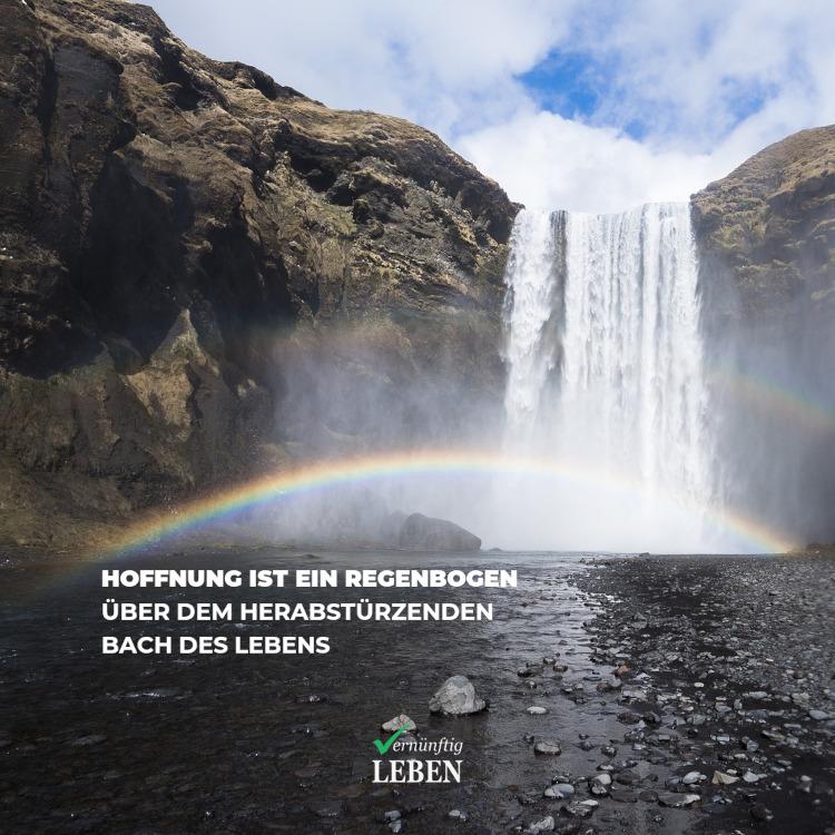 Alles wird gut: Die Hoffnung ist ein Regenbogen über dem herabstürzenden Bach des Lebens